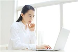 あんしんクレジットの公式サイトをチェックする女性
